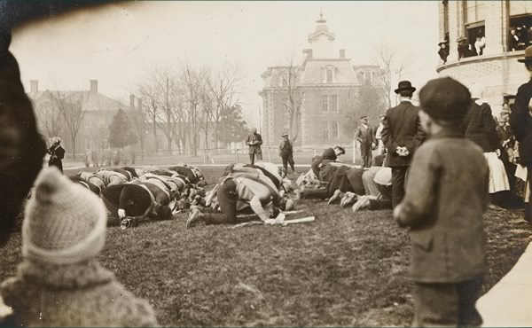 Senior class kneeling in front of Norwood Hall